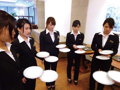 レストランサービス実習の様子1