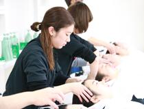 美容科通信課程は3年間で305時間のスクーリングで単位を取得