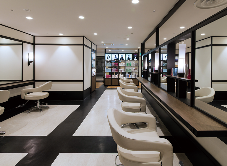 関西一円に広がるヘア、ネイル、エステなど各種サロン約70店舗
